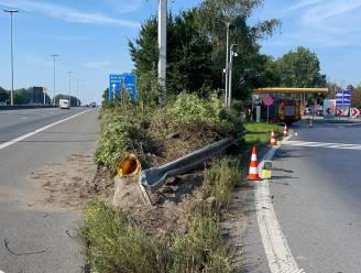 Wagen rijdt in op betonblok E17: één dode, één zwaargewonde en derde inzittende op de vlucht