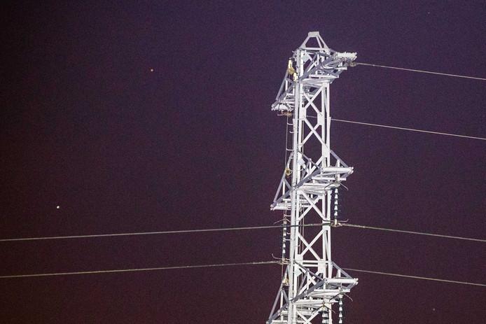 De hoogspanningsmast bij Zoelmond waar de twee bovenste draden ontbreken.