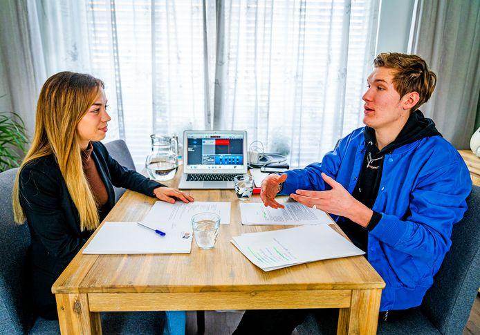 Joost en Lola maken podcasts in Oud-Beijerland.