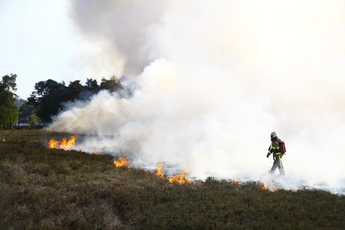 Aan het Manespad in Epe staat een flink stuk heide in de brand.