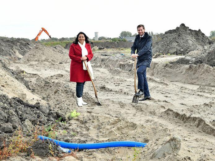 Wethouder Johanna Besteman (Wonen) en Jeffrey Keus (Financiën) willen meer huurwoningen in het middensegment bouwen in de woonwijk Rijswijk Buiten.