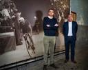 Huidig Kortrijk Koerse-voorzitter Alexander Lemayeur (links) en huidig GP Marcel Kint-voorzitter Dirk Declercq, bij een beeltenis van Marcel Kint