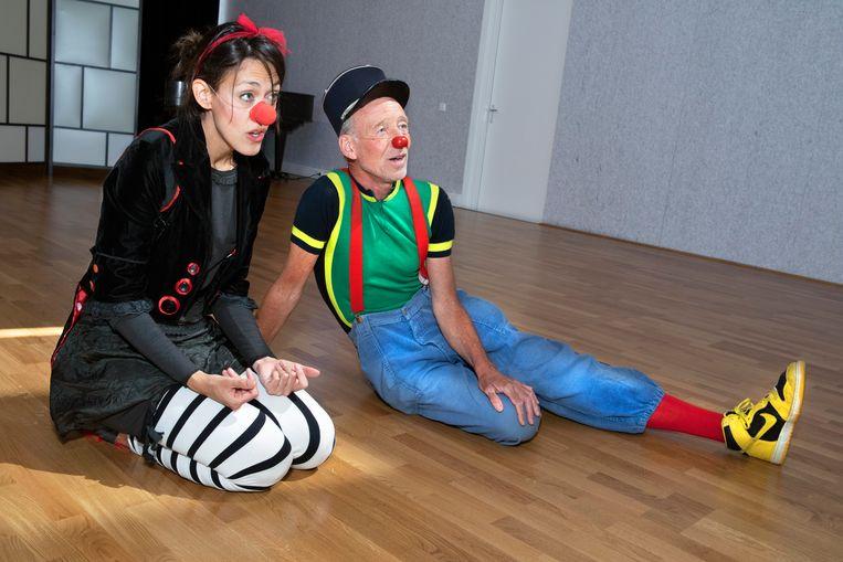 Links: Clown Bloemblad, Agustina Villanueva (39). Rechts: Hans Zijp alias Cliniclown Ziep, sinds 2001. Beeld Martijn van de Griendt
