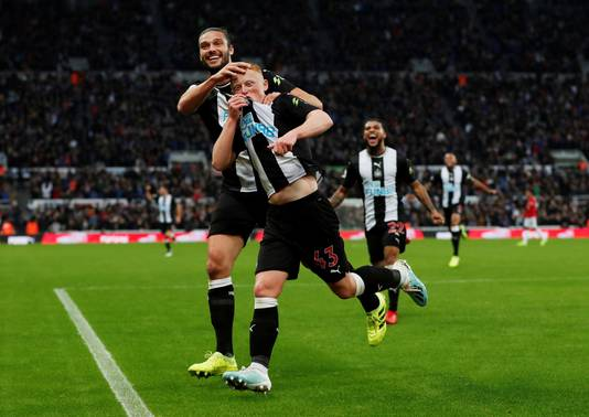 Matthew Longstaff viert zijn fraaie goal met Andrew Carroll.