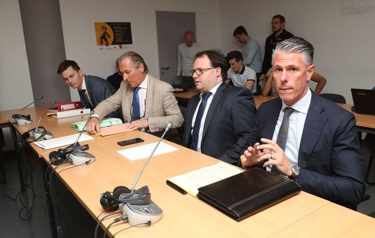 Een Anderlecht-delegatie, met advocaat Luc Deleu (tweede van links) en sportief directeur Michael Verschueren (rechts), komt zich verantwoorden bij de KBVB. Beeld BELGA