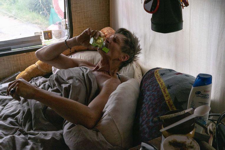Stadsnomade Ronnie in zijn caravan op het 'landje' in het havengebied van Amsterdam Nieuw-West.  Beeld Nynke Brandsma