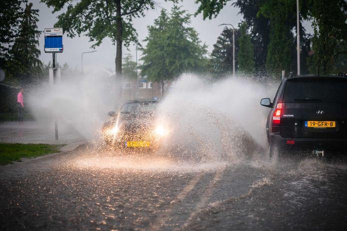 Ondergelopen straten, vastgereden auto's en overgelopen riolen in het Brabantse Mierlo.