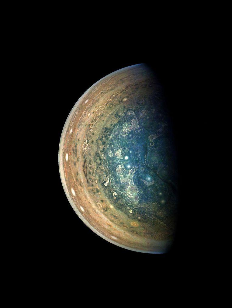 Het zuidpoolgebied van Jupiter wemelt van de kleine cyclonen. Beeld NASA