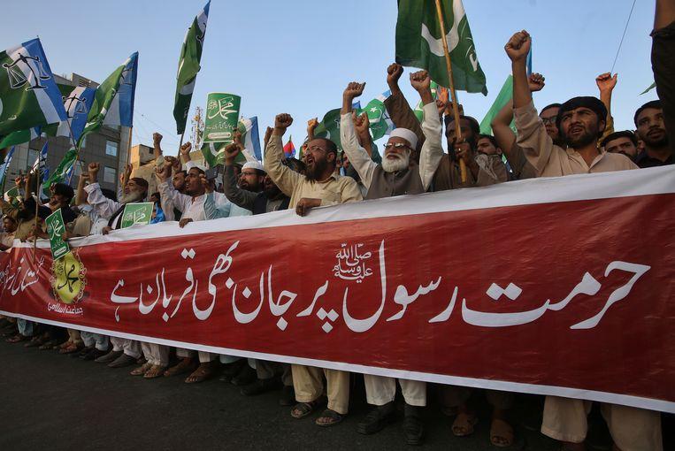 Aanhangers van islamitische partijen demonstreerden dit weekend in Karachi tegen de vrijlating van Asia Bibi. De vrouw moet direct worden opgehangen, vinden ze. Beeld AP