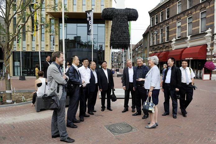 Misschien heeft Arnhem straks een zusterstad minder. Op de foto een Chinese delegatie van zusterstad Wuhan op bezoek in Arnhem. Foto: Hans Broekhuizen