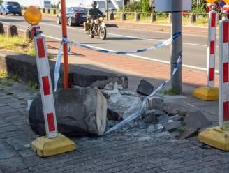 Vrachtwagen schat bocht Scheldebrug fout in en vernielt boordstenen