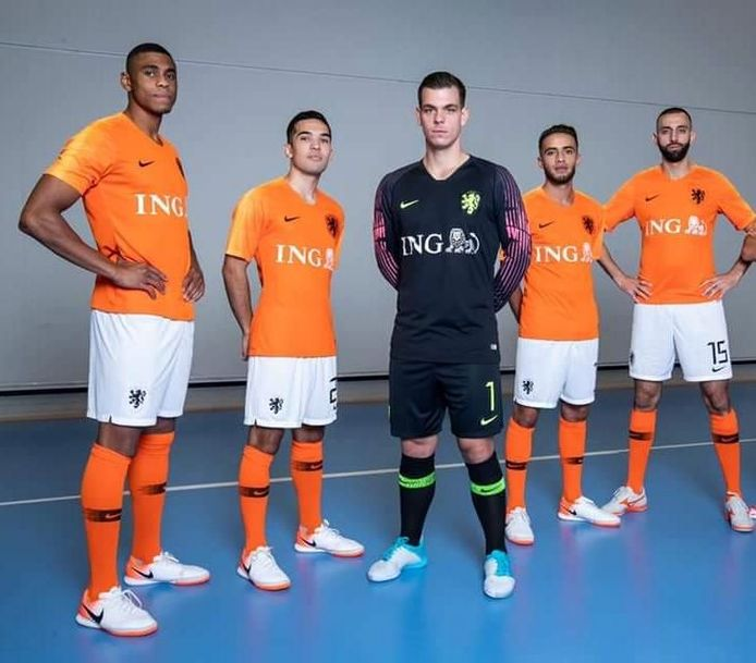 de vijf geselecteerde spelers van FC Eindhoven, Vanaf links: Jordany Martinus, Dennis van den Eijnden, Manuel Kuijk, Mouhcine Zerouali en Jamal El Ghannouti.