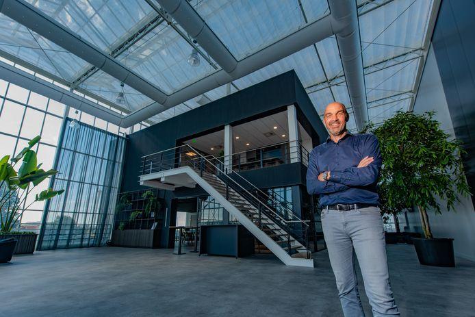 Edward Verbakel in het atrium van het  nieuwe pand van VB Group in Naaldwijk.