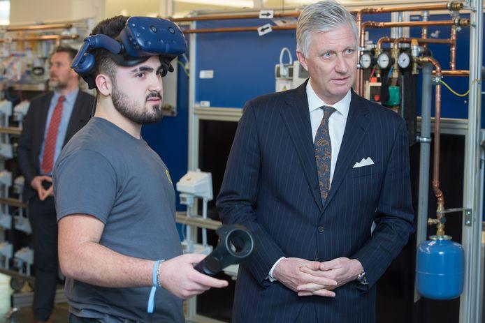 In het Lab Energy zag hij hoe de studenten met behulp van een 3D- bril de installatie van een boiler voor in de keuken leren oefenen.