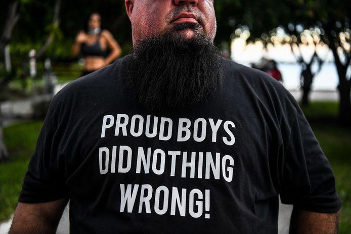 Een Proud Boy met het opschrift 'Proud Boys hebben niets verkeerd gedaan!' op zijn t-shirt.