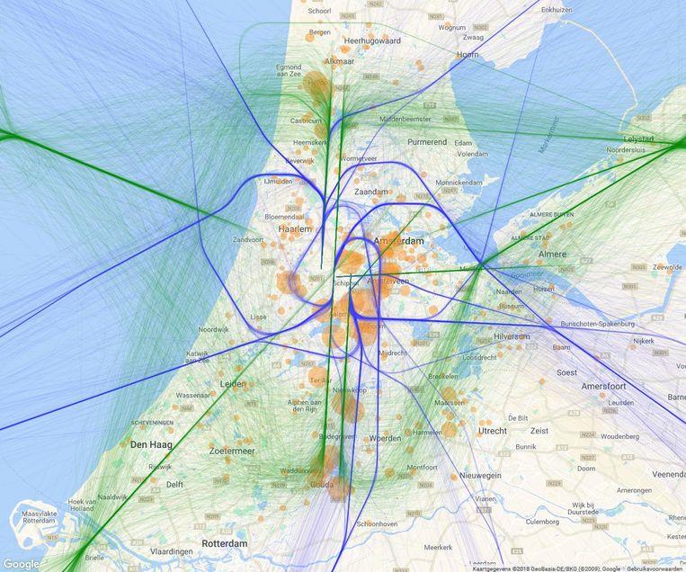 De paarse vliegroutes (stijgende vliegtuigen) en groene routes (landingen) zullen de komende weken vaker gebruikt worden Beeld BAS
