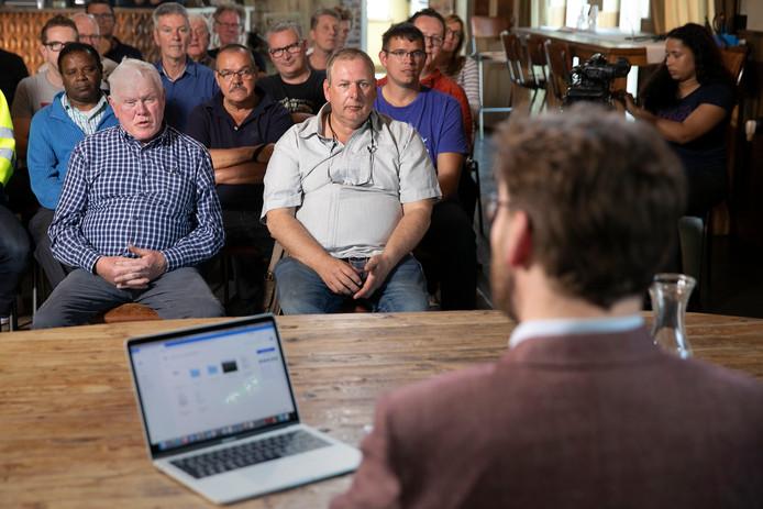 Hoorzitting van de Rijdende Rechter over een conflict op moestuinencomplex Natuur Hobbypark Deurne. Links meneer Mestrom, recht meneer Zieltjes