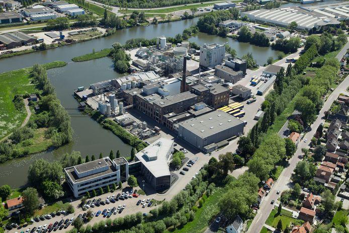 De fabriek van Corbion Purac in Gorinchem ligt ingeklemd tussen de Linge en de Lingewijk, rechtonder in. De oude monumentale suikerfabriek met schoorsteen is geïntegreerd in de moderne fabriek.