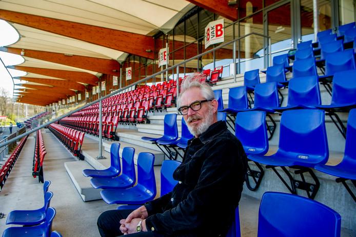 Pieter de Waard op de tribune bij Telstar.