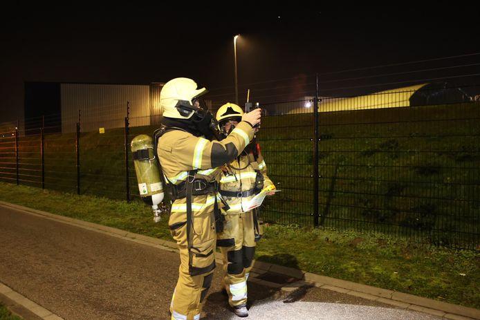 Brandweerlieden doen onderzoek naar de ammoniaklekkage.