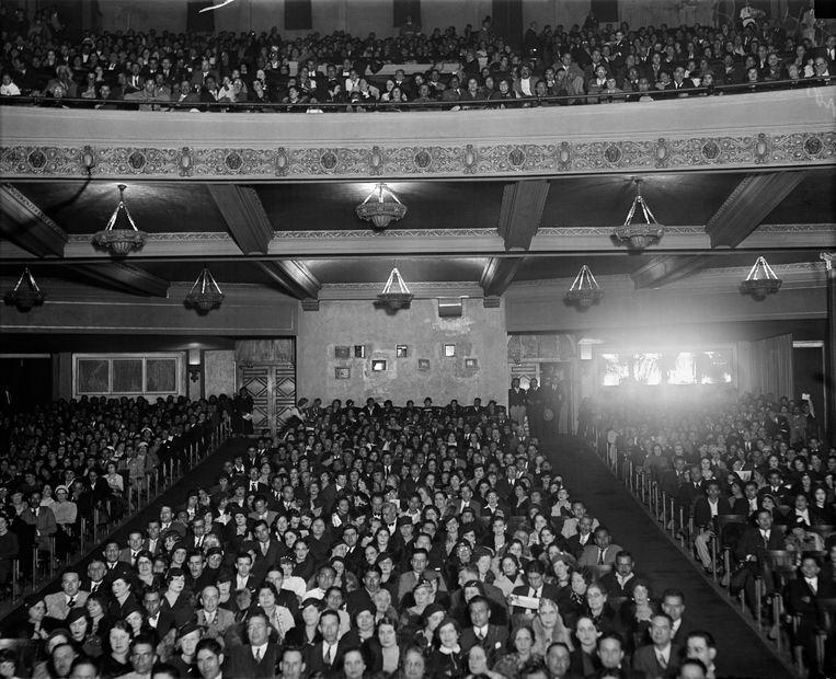 Een uitverkocht filmtheater in de jaren 30.  Beeld Getty Images