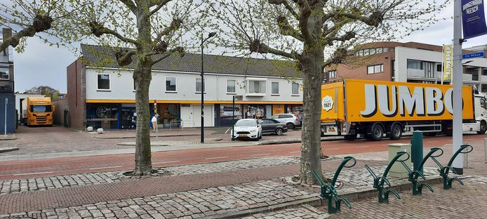 Een vrachtwagen die wil gaan lossen bij Jumbo in Heesch  wacht op eentje die nog vertrekken moet (links).