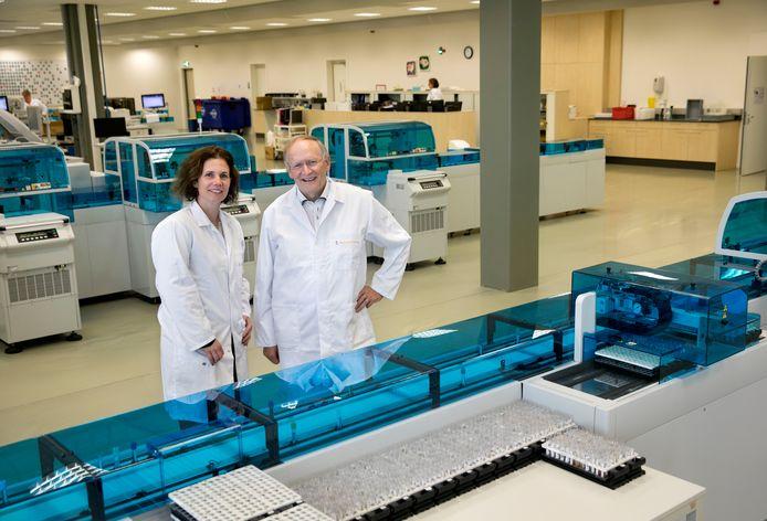 Karin Nabbe en Jules Keyzer bij de 'laboratoriumstraat' in het gebouw van Diagnostiek voor U aan de Boschdijk in Eindhoven.