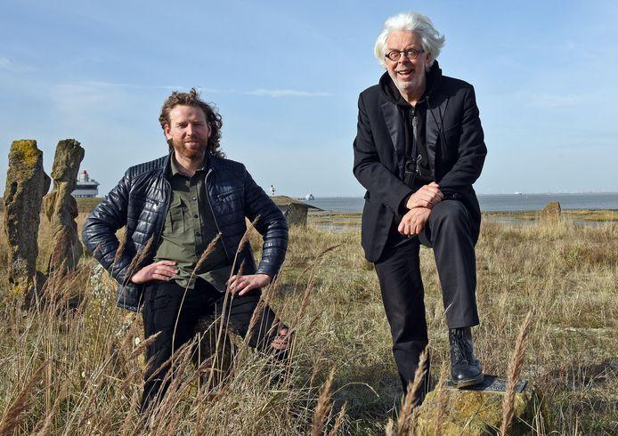 Filmmaker Florian Simons (links) en muzikant Kees van Dorst aan de Westerschelde bij Terneuzen. Zij zijn de makers van Tij, waarin Kees zes gedichten van J. J. Slauerhoff zingt met eigen muziek, en beelden van Florian.