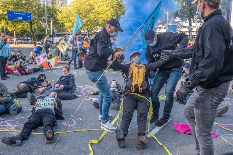 In september blokkeren klimaatactivisten bij de Europaboulevard een oprit naar de A10. De politie grijpt in.  Beeld Joris Van Gennip