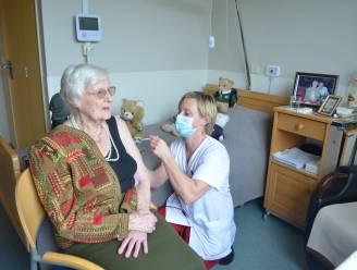 """Florida (93) krijgt als eerste Lokeraar coronavaccin toegediend in woonzorgcentrum Hof van Eksaarde: """"Begin van de hoop"""""""