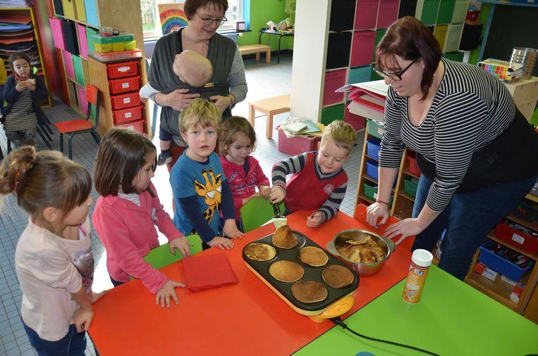 Ook de kleutertjes mochten een handje helpen bij het bakken van de pannenkoeken.