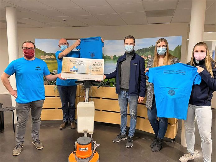 Leden van Rotaract kwamen de boenmachine en T-shirts coronaveilig afgeven.