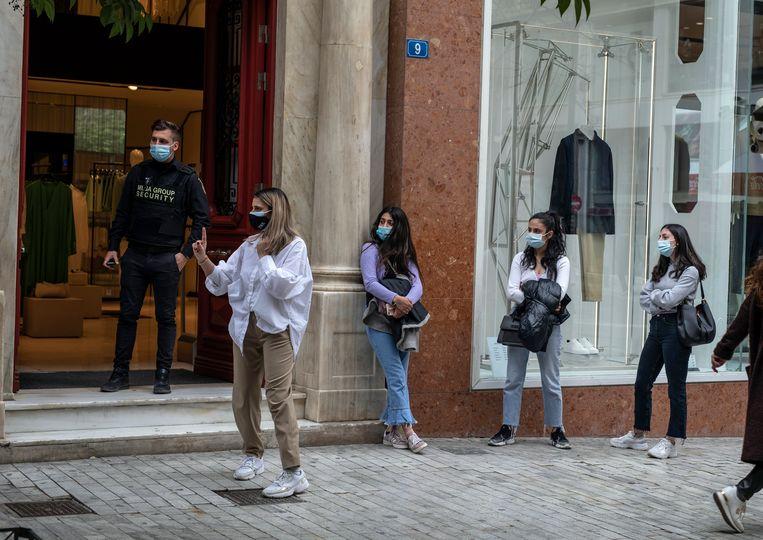 Sinds 31 maart geldt in Griekenland voor kleine winkels een versoepeling: zij mogen op afspraak klanten ontvangen. Beeld AP