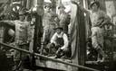 Werknemers poseren even voordat ze weer aan het werk gaan op een olieveld van John D. Rockefeller, eind 19de eeuw.