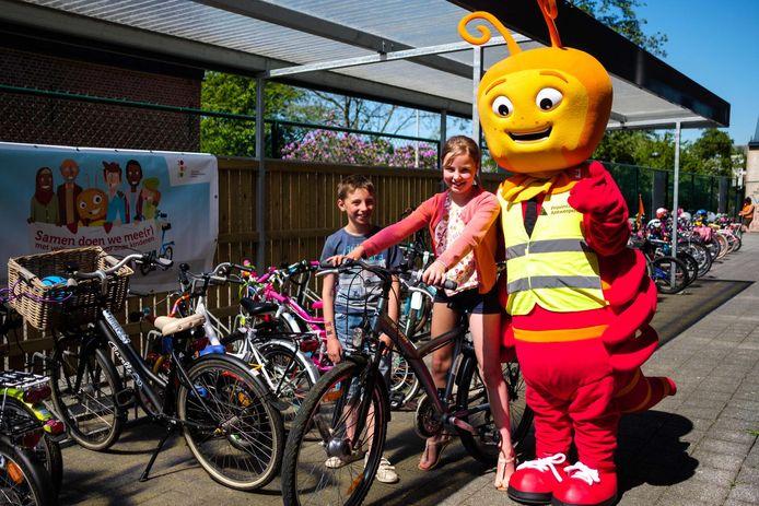 June (8) en Willemijn (9) met verkeersmascotte Millo.