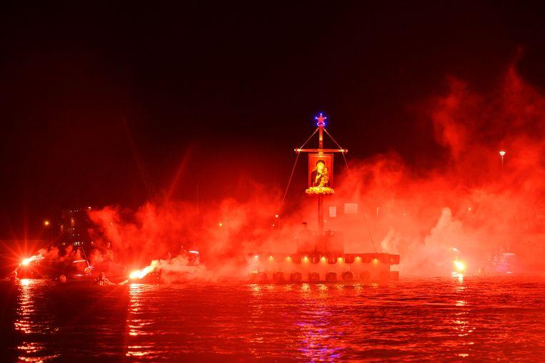 Heilig vuurwerk op het water bij Monopoli. Beeld SANNE DE WILDE
