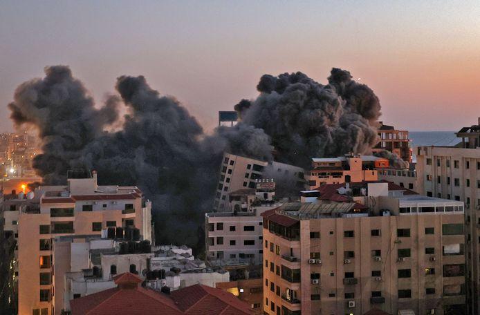 L'edificio residenziale di Gaza City è completamente crollato.
