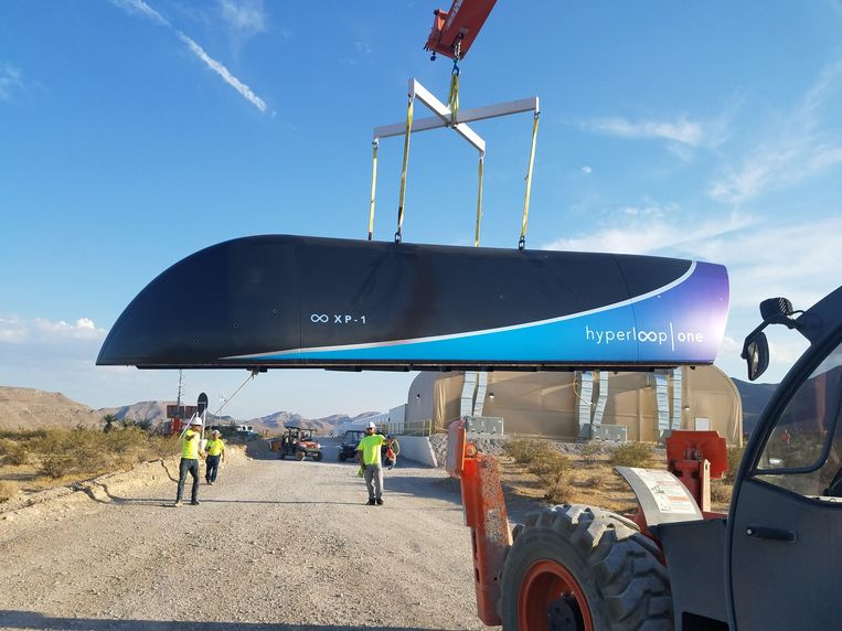 Hyperloop One slaagde er naar eigen zeggen in om een testvoertuig in een vacuüm voor vijf seconden boven rails te laten zweven met een snelheid tot 112 kilometer per uur.