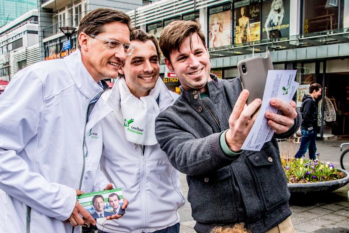 Forum voor Democratie-leider Thierry Baudet flyert samen met Leefbaar Rotterdam-lijsttrekker Joost Eerdmans op het Beursplein