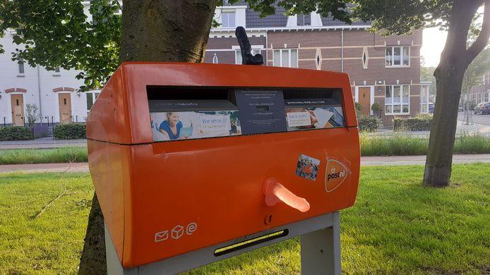 Weer nieuwe dildo's, zwart en oranje deze keer, op een brievenbus bij de Weurtseweg/Lunterse Beekstraat.