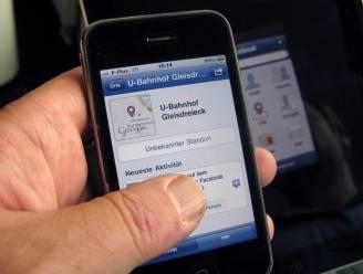 Facebooken en autorijden is duidelijk niet veilig