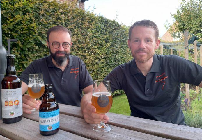 Frederik Despierre (44) en Benedikt Decoster (42) tonen trots hun eerste twee bieren: BBQ Smoked Beer en Flippertje