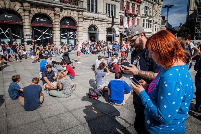 Ook bij ons was Pokémon een tijd razend populair. Hier een beeld van een vol plein Pokémon-jagers in Gent.