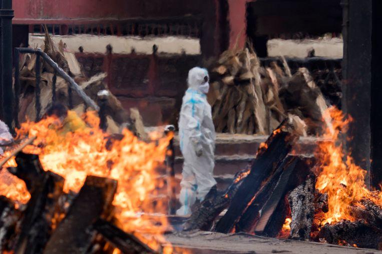 Laatste eerbewijzen tijdens een crematie in Delhi. Beeld Getty Images