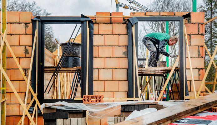 Een metselaar bezig bij een nieuwbouwproject in Ugchelen.