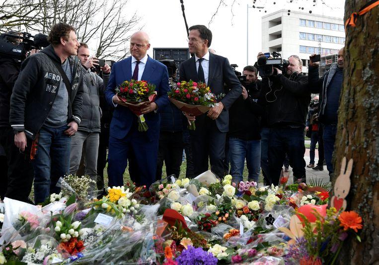 Minister-presidentMarkRutte en minister van justitie Ferdinand Grapperhaus leggen bloemen bij de herdenkingsplek voor de slachtoffers van de schietpartij maandag in Utrecht. Beeld Reuters