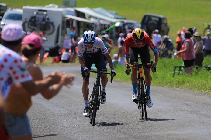 Michael Woods en Wout Poels sprintten om de bergpunten.