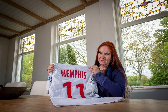 """Cora Schensema, woonachtig in het Sallandse Heeten, is de moeder van Memphis Depay. ,,Ik ben zo trots op hem."""""""