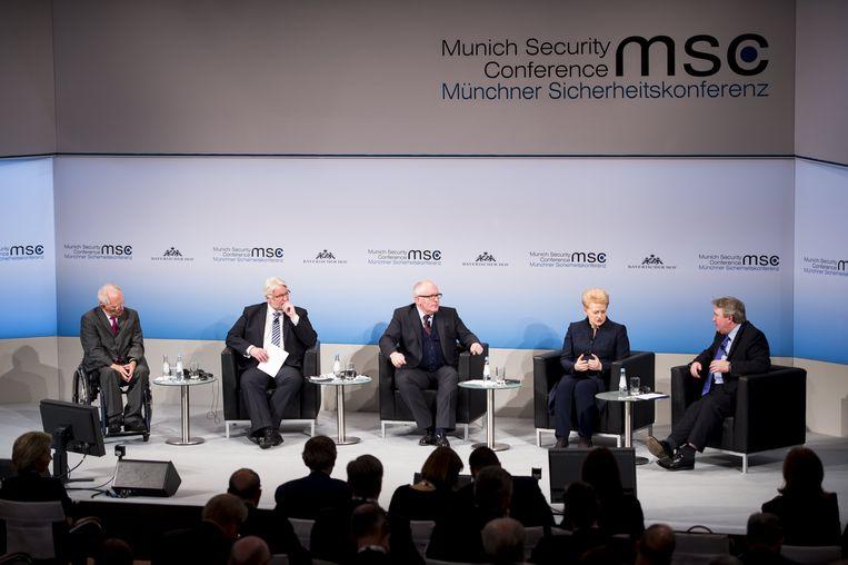 De Poolse minister van Buitenlandse Zaken Witold Waszczykowski (2e l.) en Frans Timmermans (m.). Beeld EPA