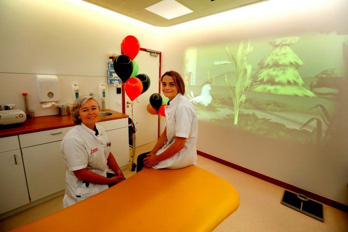 Daphne Janssen (links) en Esther Alders in de kinderkamer die patiëntjes rust moet brengen.